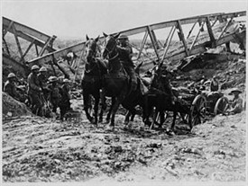 Photo:Horses pulling artillery through the Canal du Nord, 1918